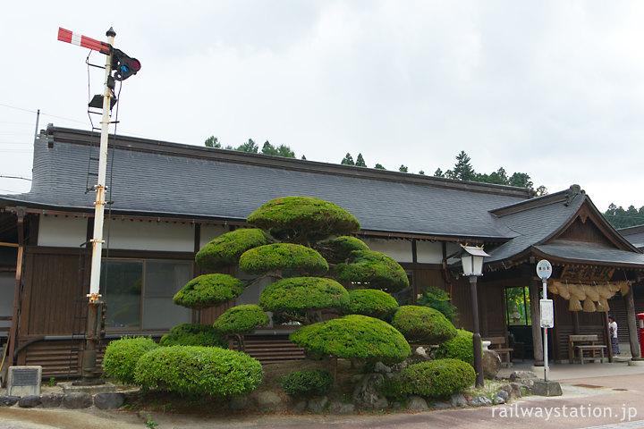木次線・出雲横田駅、和風駅舎が映える植栽