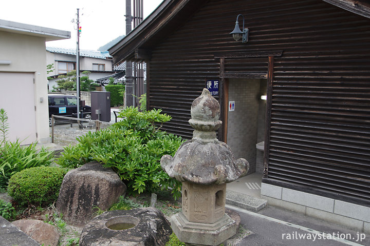 木次線・出雲横田駅、社殿風のトイレとその前の日本庭園風の植込み