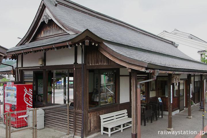 木次線出雲横田駅、入母屋と軒が見事な駅舎ホーム側