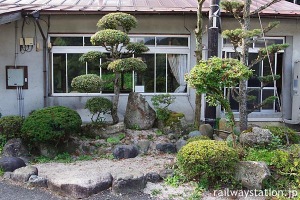 JR木次線・亀嵩駅、埋められた池と木々が添えられた庭園風空間