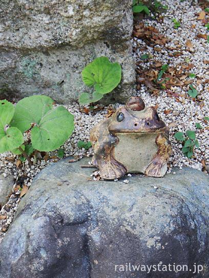 JR木次線・亀嵩駅、枯池に置かれたカエルの置物