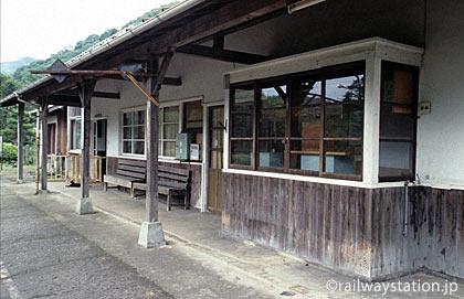 JR西日本・三江線・川平駅の木造駅舎、ホーム側の風景