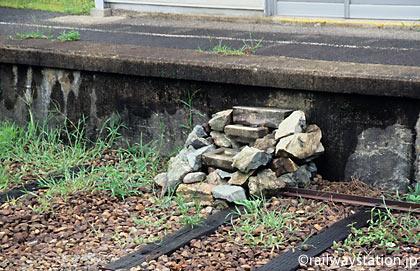 JR三江線・川平駅、廃ホームの誰かが作った石の階段