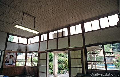 三江線・川平駅の木造駅舎、待合室から見た採光窓