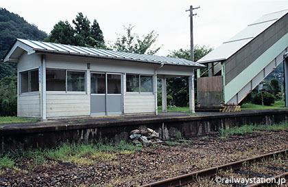 三江線・川平駅、廃止された反対ホームにある待合室と跨線橋