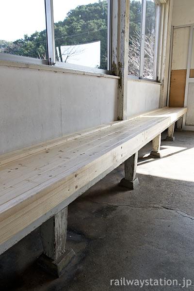 紀勢本線・紀伊有田駅、駅舎待合室の造り付けベンチは木で改修