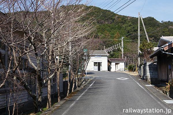 紀勢本線・紀伊有田駅、駅への道沿いにある桜並木