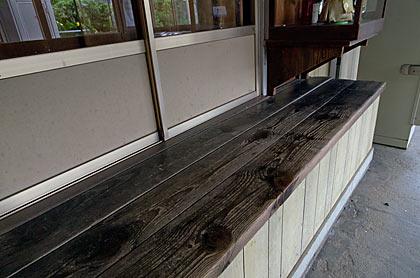 JR山陽本線・神代駅の木造駅舎、窓口跡の木製カウンター