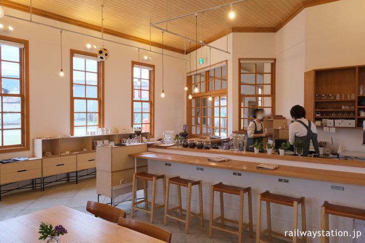 奈良県奈良市、桜井線の京終駅の駅舎に入ったカフェ「ハテノミドリ」