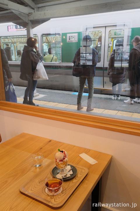 奈良市、京終駅舎内のカフェ「ハテノミドリ」パフェとほうじ茶