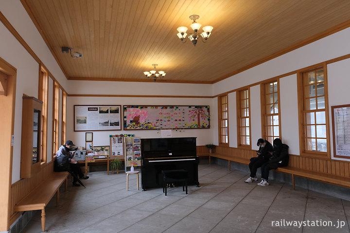 JR西日本桜井線・京終駅、駅ピアノが置かれた待合室