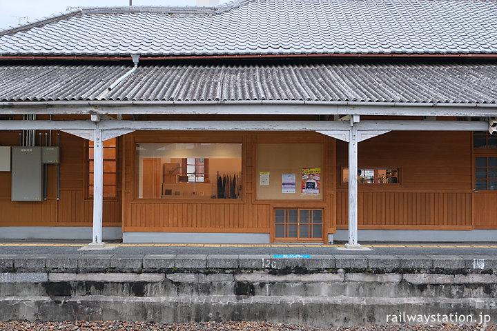 JR西日本桜井線・京終駅、改修されカフェが入居した明治の木造駅舎