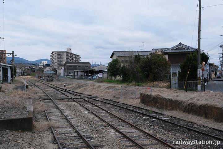JR桜井線・京終駅、レンガのホーム跡がある広い側線跡