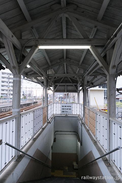 JR西日本桜井線・京終駅、地下通路と木造上屋