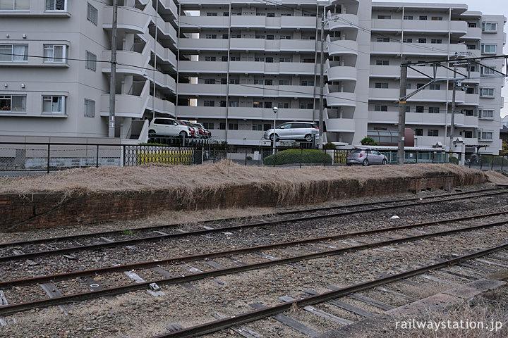 JR西日本桜井線・京終駅、側線跡のレンガ積みホーム跡