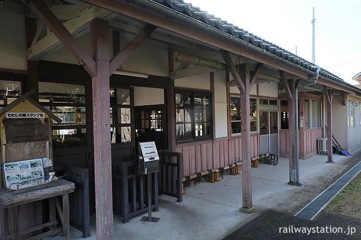JR西日本小浜線・松尾寺の木造駅舎ホーム側