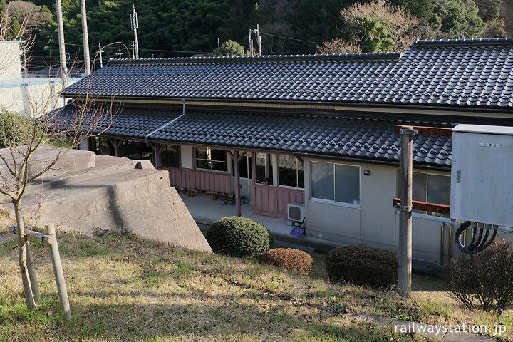 JR小浜線・松尾寺駅、築堤上のホームから見た駅舎