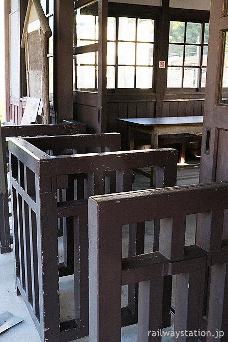 JR小浜線・松尾寺の木造駅舎、木製の改札口