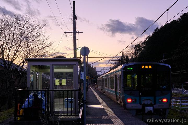 JR西日本小浜線、夕暮れの松尾寺駅、125系電車