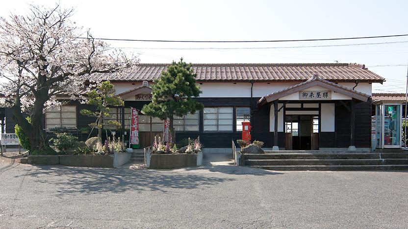 山陰本線、明治35年(1902年)築の木造駅舎が残る御来屋駅