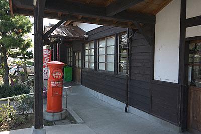 山陰本線・御来屋駅、木造駅舎と丸ポスト