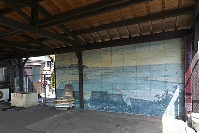 山陰本線・御来屋駅、漁村が描かれた壁画