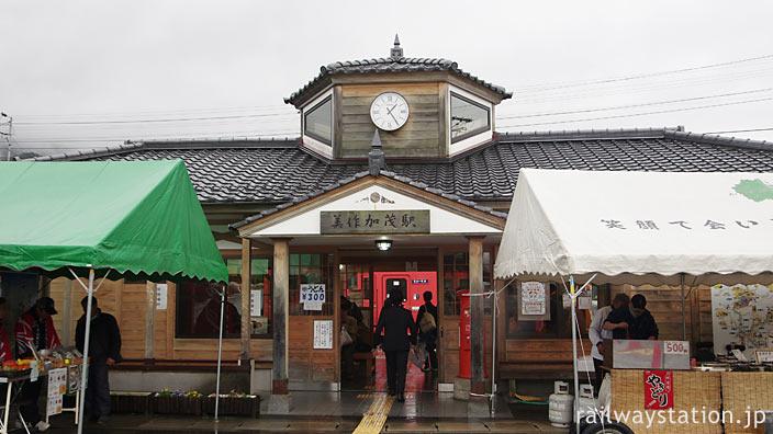 JR西日本・因美線・美作加茂駅、2006年に新築された木造駅舎