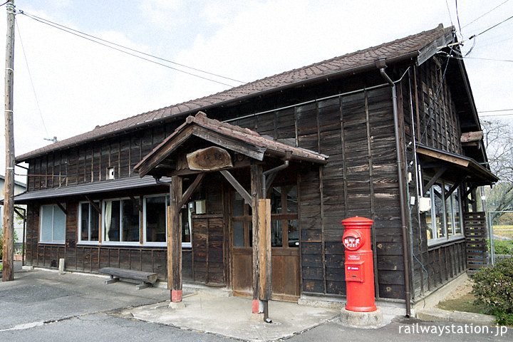 JR姫新線・美作千代駅、古く趣ある木造駅舎は丸ポストが映える