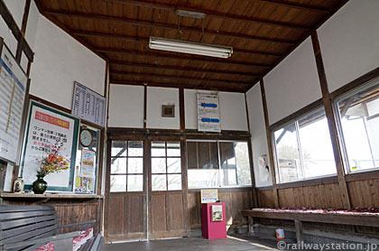 JR姫新線・美作千代駅の木造駅舎、待合室