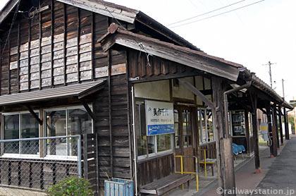 JR西日本姫新線・美作千代駅の木造駅舎ホーム側