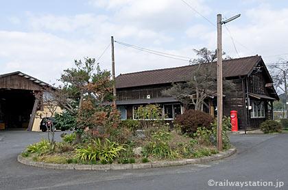 JR姫新線・美作千代駅、駅前ロータリーと木造駅舎