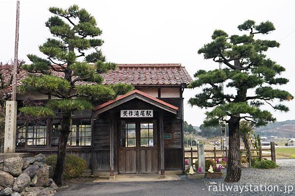 津山市・美作滝尾駅、古く趣きある木造駅舎を飾る2本の松