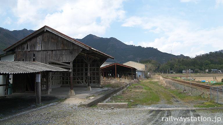 因美線・美作滝尾駅、側線ホーム跡に残る木造の貨物上屋。