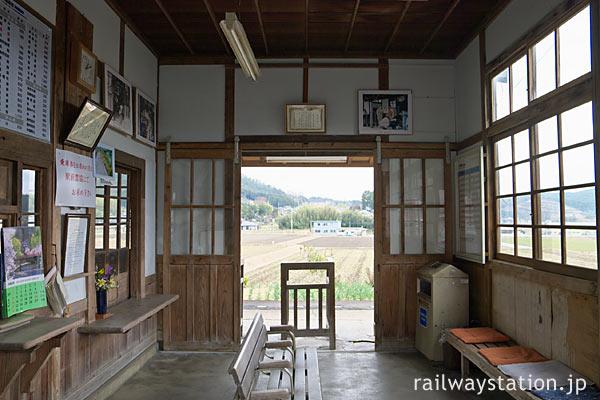 因美線美作滝尾駅の木造駅舎、昔のままの待合室。