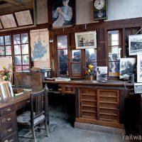 木造駅舎の窓口跡の向こう側、気になる駅事務室の中…(1)