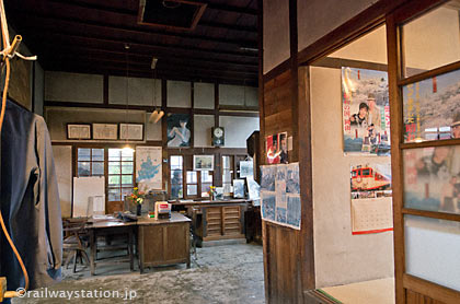 JR因美線・美作滝尾駅の木造駅舎、旧駅事務室の休憩室あたり