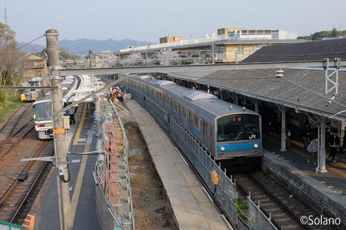 JR奈良線、工事中の桃山駅ホーム、205系と221系電車
