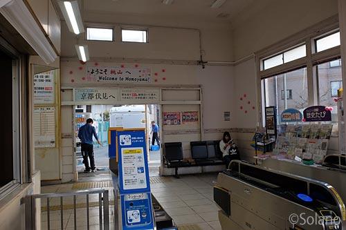 JR奈良線・桃山駅、駅舎改札口と待合室
