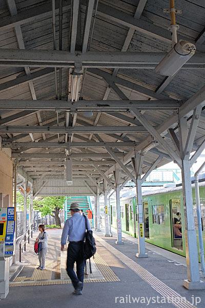 JR奈良線・桃山駅、重厚で歴史感じさせる1番ホームの木造上屋