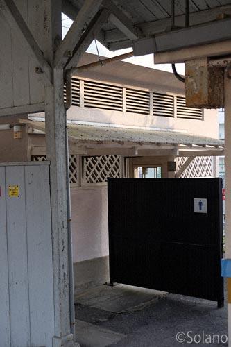 JR奈良線・桃山駅、古い木造トイレ
