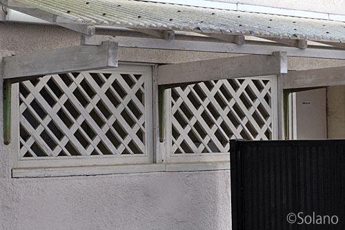 JR奈良線・桃山駅、木造トイレの窓は古い木枠でダイヤ状パターン