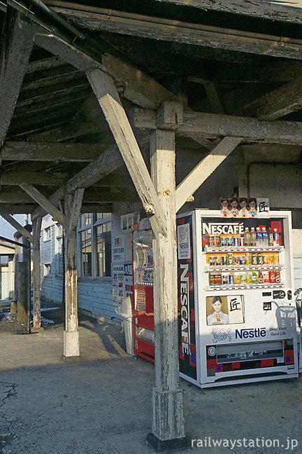 山陰本線・直江駅の木造駅舎、古い柱