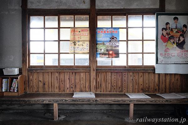 芸備線・野馳駅の木造駅舎、木の質感豊かな待合室