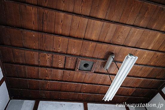 芸備線・野馳駅の木造駅舎、木のままの天井