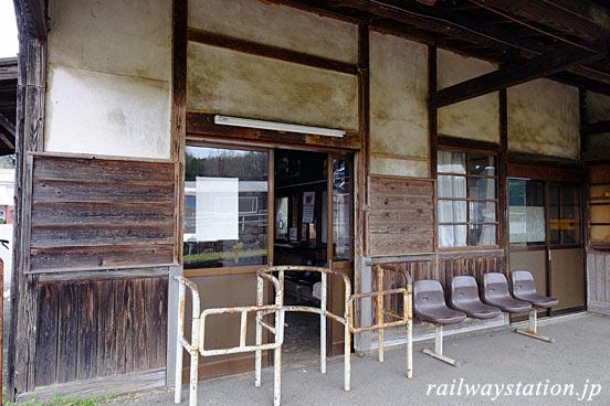 JR芸備線・野馳駅の木造駅舎、ホーム側の改札口