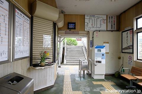 JR姫新線・太市駅の木造駅舎、待合室