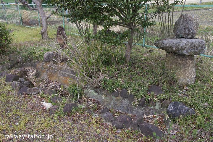 関西本線・佐那具駅上りホームに残る枯池