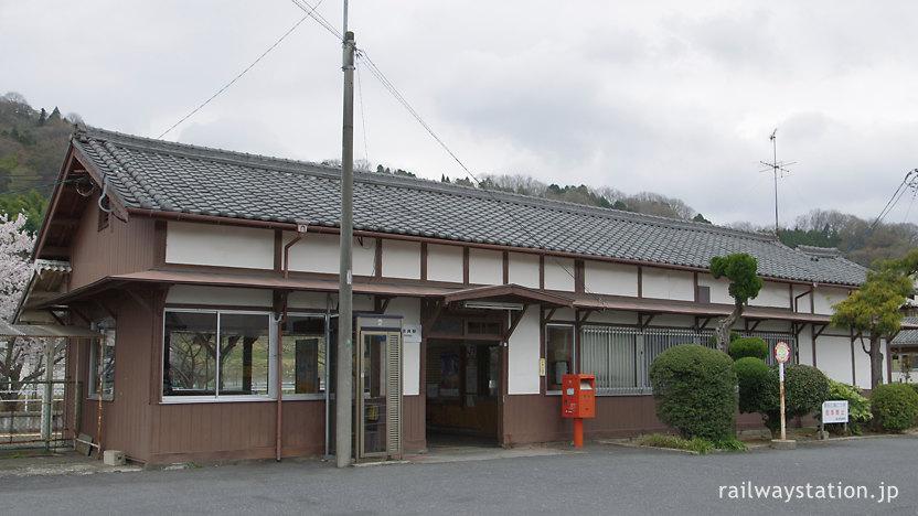 JR西日本関西本線・佐那具駅、古い木造駅舎