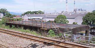 JR西日本・紀勢本線・冷水浦駅、レール横の謎の構造物