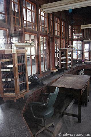 大社線・大社駅、木造切符売場の内側